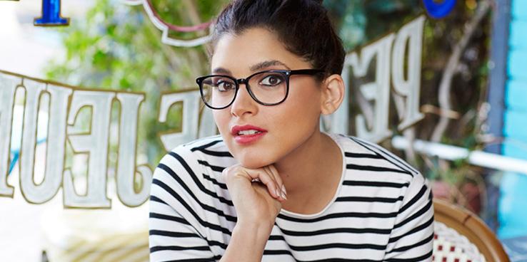 Dame med briller i mørk farge