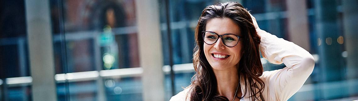 Dame med briller utendørs