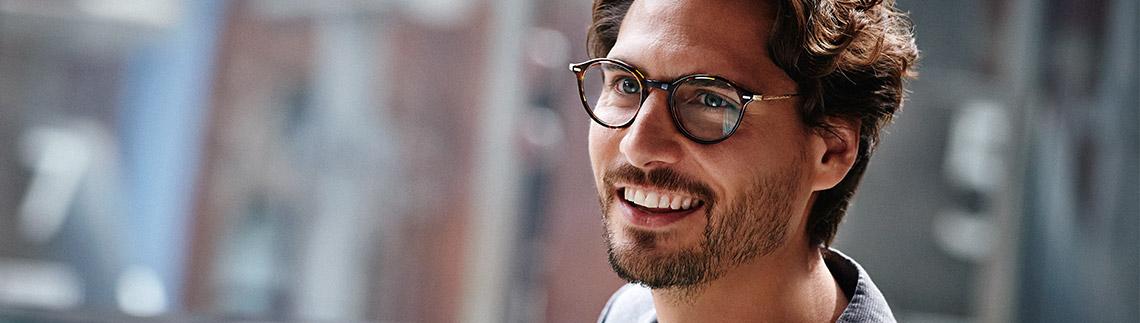 Mann med briller utendørs