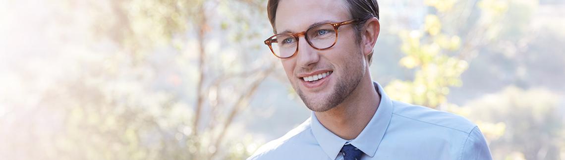 Mann med briller i retrostil